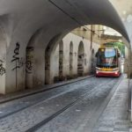 Трамваи в улочках Праги